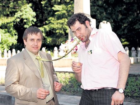 На свадьбе друга Алексея ЛЯПОРОВА (слева) куплетист был первым заводилой. Фото: vk.com