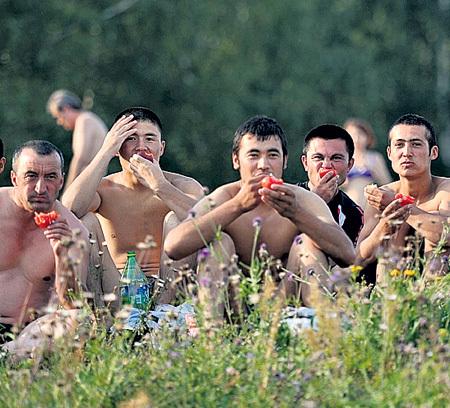 Россияне уезжают, а их место занимают выходцы из Средней Азии, мечтающие о райской жизни в нашей стране (фото Евгении ГУСЕВОЙ/Комсомольская правда)