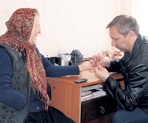 Чтобы избавить Валентину Семеновну от фантомных болей, иглорефлексотерапевт БАБАЙЛОВ воздействовал на здоровую руку