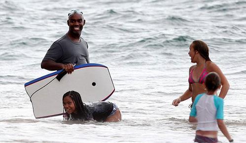 Дети кинозвезды купались в океане под присмотром плечистой «няньки»