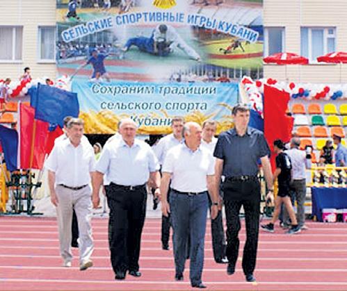 Фото чиновников на стадионе на официальном сайте района
