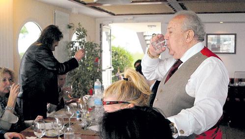В ресторане с гостями скульптор выпил за открытие памятника