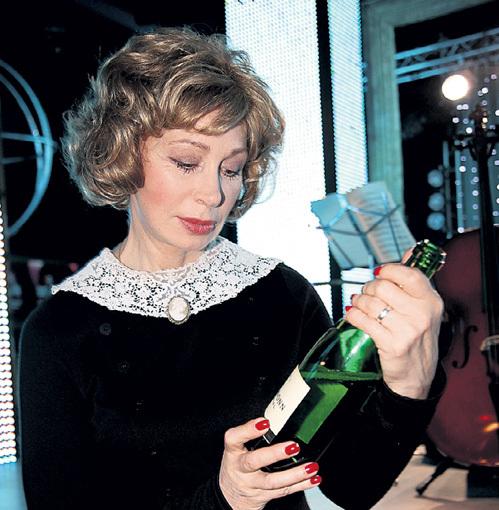 Шампанское только добавляет ей фривольности и настраивает на игривый лад