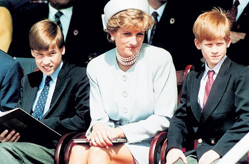 В Великобритании многие уверены, что младшего сына Гарри (справа) принцесса Диана родила не от Чарльза, как Уильяма (слева), а от своего рыжеволосого друга Джеймса ХЬЮИТТА, но доказательств этому никаких нет