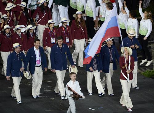 Российская сборная на Олимпиаде-2012. Впереди - Маша ШАРАПОВА с флагом в руках.