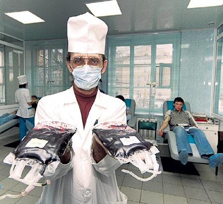 Сегодня известны четыре основные группы крови и две дополнительные. Учёные прогнозируют открытие ещё 10 - 15 групп. Фото Олега РУКАВИЦИНА/«Комсомольская правда»