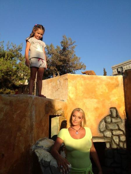 Анастасия ВОЛОЧКОВА с дочкой Аришей на Крите (фото из Твиттера балерины)