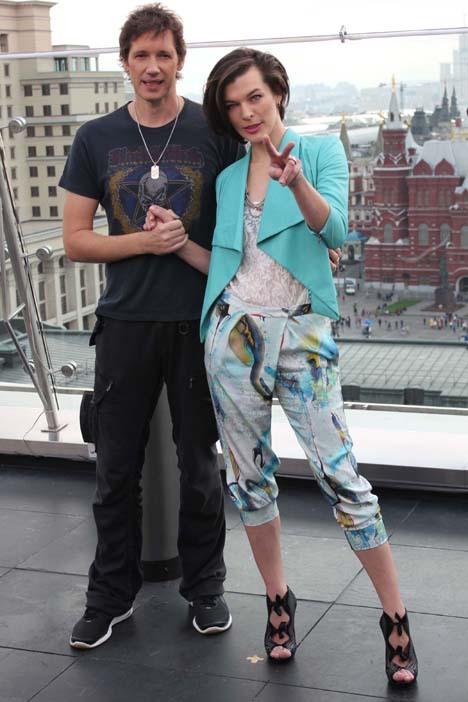 Мила с мужем режиссером Полом АНДЕРСОНОМ перед пресс-конференцией.