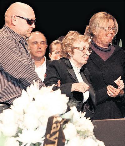 Чтобы подойти к гробу, тяжелобольная вдова Татьяна Семеновна встала из инвалидного кресла (слева - сын Владимир, справа - актриса Наталья СЕЛЕЗНЕВА)