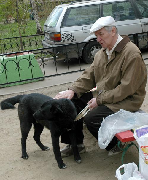 Александр БЕЛЯВСКИЙ во дворе своего дома (фото Ларисы КУДРЯВЦЕВОЙ).