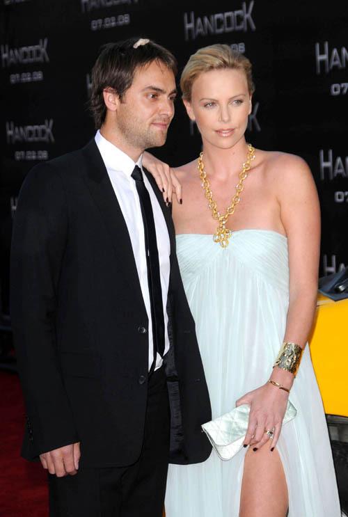 С актером Стюартом ТАУНСЕНДОМ Шарлиз прожила 9 лет.