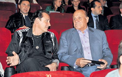 Соседу по креслу - 63-летнему Владимиру МЕНЬШОВУ Олег Евгеньевич долго пытался объяснить, почему в современном кино так много нецензурной лексики