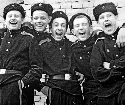 23 февраля для ПАШУТИНА - важный праздник, ведь в юности он отдал пять лет суворовскому училищу. На фото Саша (второй справа) с однокашниками