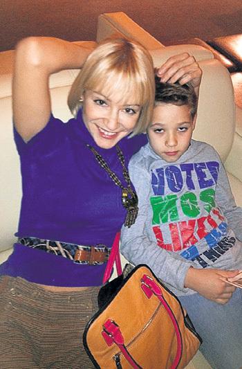 Экс- подруга РАДИМОВА Юлия ИЗОТОВА отдала сына Ивана в хоккей. Фото: fb.com