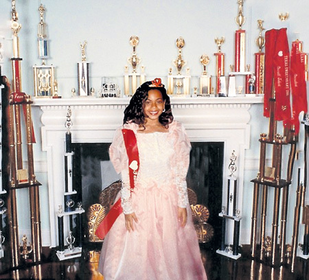 С раннего детства БЕЙОНСЕ строит из себя королеву (обложка нового сингла)