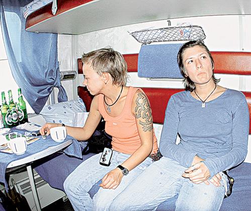 По словам очевидцев, в поезде Москва - Самара, немного перебрав со спиртным, певица устроила дебош (на фото с подругой Юлей МЕЛЬНИКОВОЙ, 2006 г.)