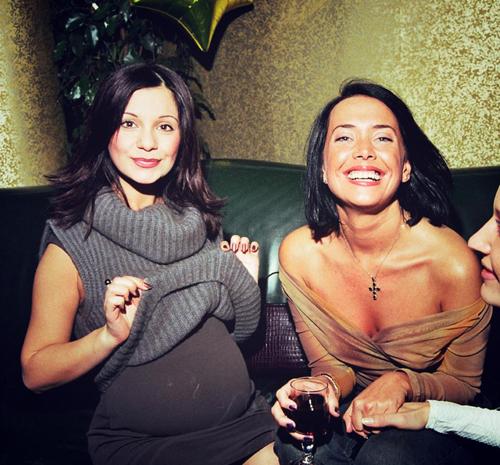 Сообщив радостную новость, Ольга ОРЛОВА выложила на своей страничке старый снимок с Жанной, на котором она сама запечатлена беременной.