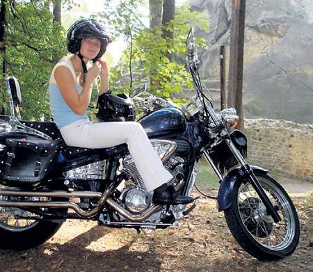 Биатлонистка ДОМРАЧЕВА легко управляется с мотоциклом…