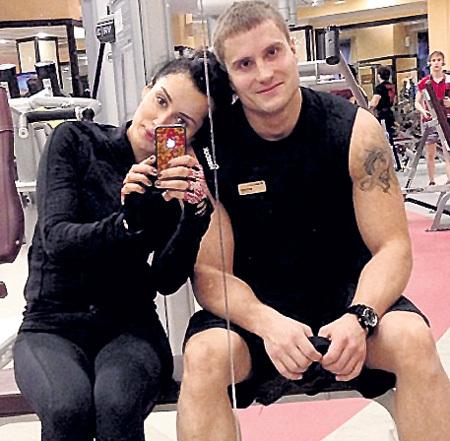 Грузинская красавица регулярно посещает спортзал и просто обожает своего личного тренера