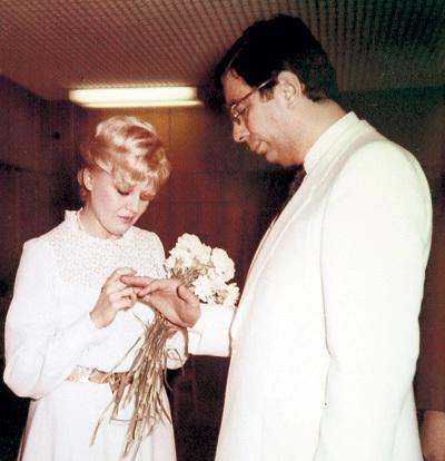 Скромную свадьбу Наташа и Миша сыграли 30 лет назад