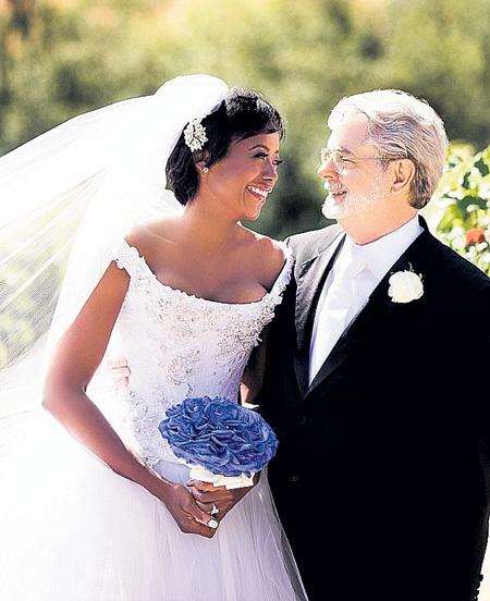 Счастливый жених Джордж ЛУКАС глаз не мог отвести от любимой Меллоди в платье от дизайнера Питера СОРОНЕНА