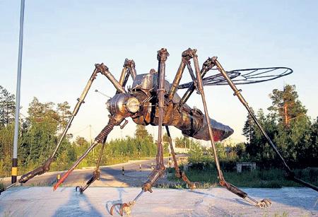 Памятник злому таежному комару в городе Ноябрьске (Ямало-Ненецкий АО) местный умелец собрал из автохлама. Высотой он около двух метров. Фото: vsyako-razno.ru