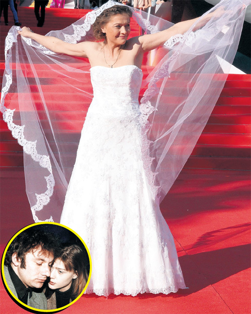 ГОЛУБКИНА любит эпатаж: о разводе с Николаем ФОМЕНКО (в круге) в 2008 году она сообщила в радиоэфире, а о нынешней свадьбе решила заявить, пройдясь по красной дорожке фестиваля в свадебном платье