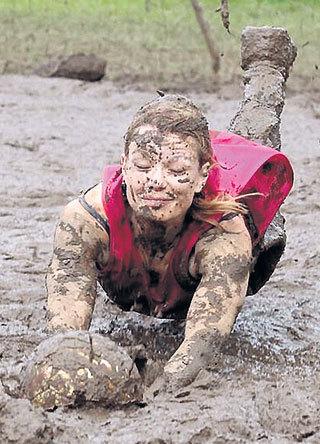 Организаторы соревнований считают, что играть в футбол в грязи - это очень весело