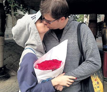 Поцелуи пара разбавляет культурной программой.