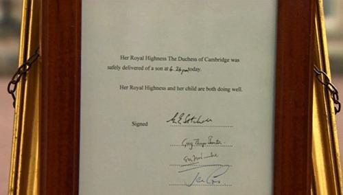 Объявление о рождении королевского ребенка было вывешено на воротах дворца.