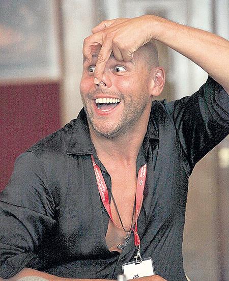 Максим АВЕРИН находчиво изобразил своего учителя Константина РАЙКИНА. На фестиваль он приехал с моноспектаклем «Всё начинается с любви»