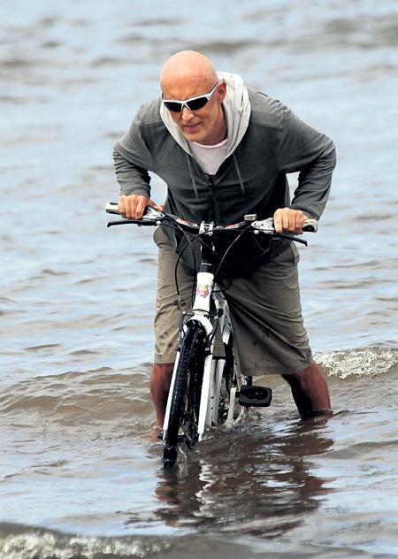 Продюсер Игорь МАТВИЕНКО изобрёл новый вид транспорта - велосипед-амфибию