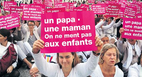 «Одна мама, один папа - не надо лгать детям» - пишут на плакатах участники манифестаций против однополых браков