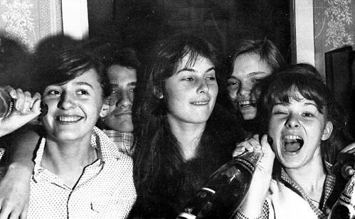 АПЕКСИМОВА (в центре) в школе не была пай-девочкой