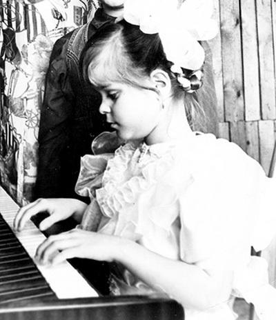 Патриция с трёх лет у пианино