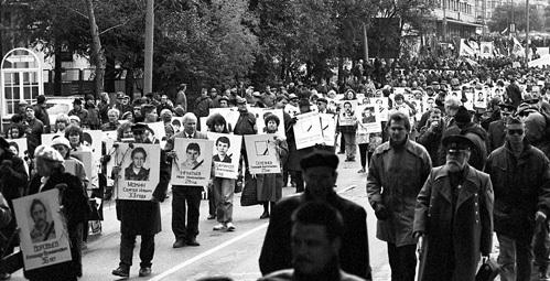 В годовщину кровавого октября родные тысяч погибших вышли на улицы, требуя расследования преступления. Тщетно! Фото: РИА «Новости»