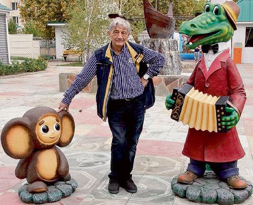 На входе пансионата «Парус» стоят придуманные писателем персонажи - Чебурашка и крокодил Гена