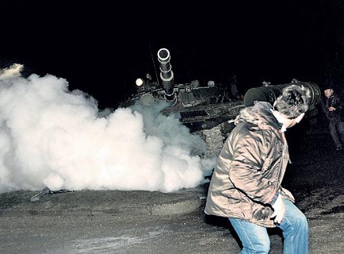 Множество иностранных фотокоров подтянулись в Вильнюс почему-то именно к роковой ночи. Это они, заняв удобные позиции, делали такие шокирующие снимки