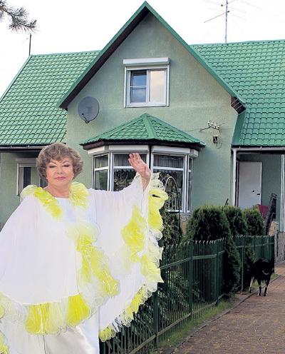 Эдита ПЬЕХА много лет ремонтировала этот домик под Питером, и практически все бригады строителей старались её развести на деньги. За этими жуликами - глаз да глаз!