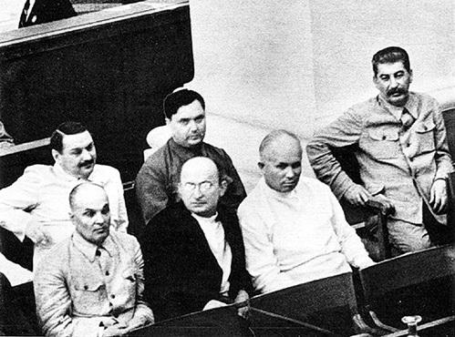 После смерти СТАЛИНА ХРУЩЕВ (в белом) и МАЛЕНКОВ (сзади БЕРИЯ) поспешили расправиться с бывшим соратником (1938 г.)