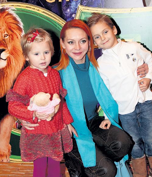 Марина АНИСИНА пришла на премьеру с сыном Миком-Анжелем и дочерью Эвой-Владой