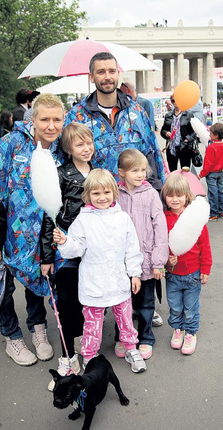 ...что у того с женой четыре дочки: Ясмин, Станислава, Мия и Ума