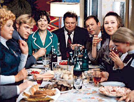 В сатирической комедии о том, как две семьи - Себейкины...