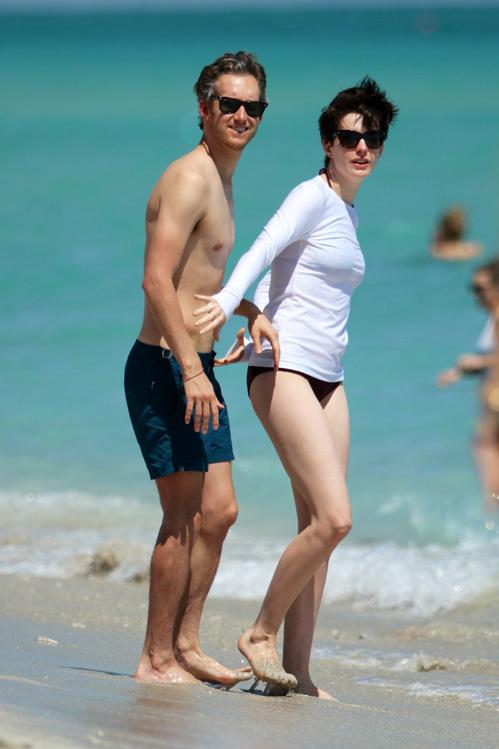 Энн хэтэуэй на пляже 98