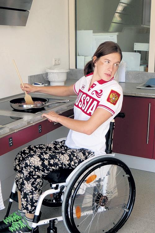 Маша сама готовит фарш для мексиканских лепёшек