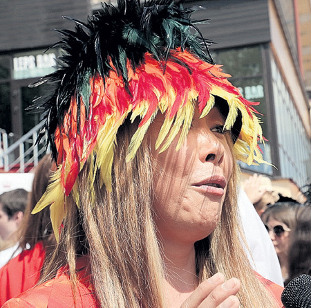 На шляпку Аниты ЦОЙ ушло 38 попугаев