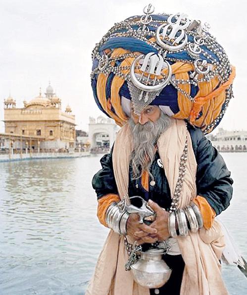 Сикхи очень любят на головном уборе металлические украшения, в том числе холодное оружие