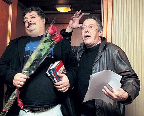 Дмитрий БЫКОВ и Михаил ЕФРЕМОВ без ума от накрытой «поляны». Фото: РИА «Новости»