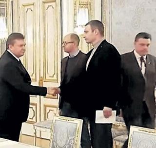 Виктор ЯНУКОВИЧ жал руки и предлагал ЯЙЦЕНЮХУ и КЛИЧКО посты в правительстве, а надо было отдать приказ об их аресте, как изменников родины