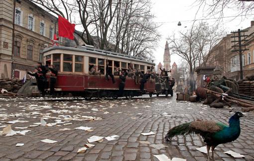 Этот трамвай с большевиками в две минуты промчится куда-то в начале фильма и скроется за поворотом как символ безумной идеи, потерпевший фиаско